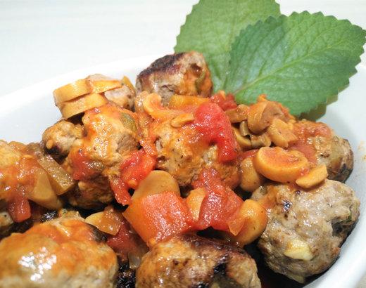 Albóndigas con salsa de tomate natural y champiñones