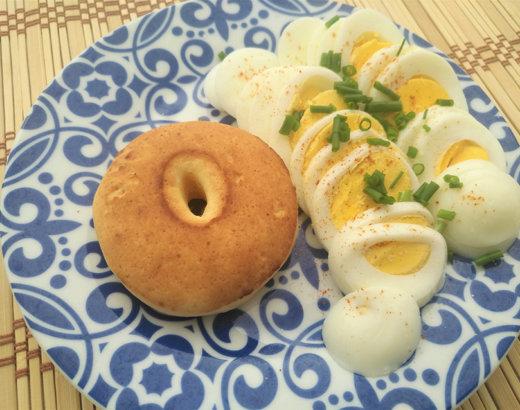 Almojábana de desayuno con queso crema, huevo y pimienta cayenne
