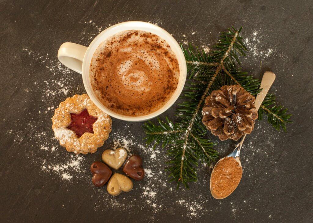 Chocolate caiente de navidad con galletas y bellota
